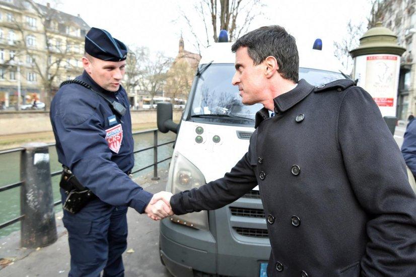 Manuel Valls au Marché de Noël de Strasbourg.