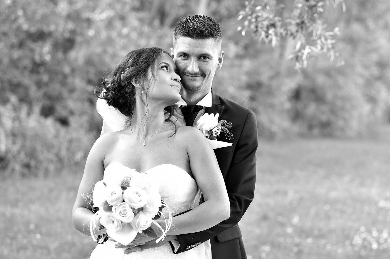 Photo de couple de mariage en noir et blanc